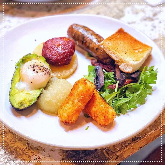 [Curious Palette] Curious Breakfast, S$24.50: Chorizo patty + Thai basil sausage + gammon ham 🍖 and cheese 🧀 croquettes + paleo baked egg in avocado 🥑 + char-grilled pineapple🍍+ petite salad 🥗 + semi-dried tomatoes 🍅 + portobello slices 🍄 + homemade apple and pear chutney + toasted focaccia soldier 🍞 = 😋😋😋.