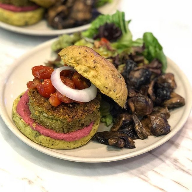 [Hummus Vege Burger-$13.90]  Weekends is the time to indulge in some hearty brunch fare and @haakon.sg does all day-brunch both heartily and healthily 😛  I loved the combination of the beetroot hummus and patty which was made out of quinoa and cauliflower.