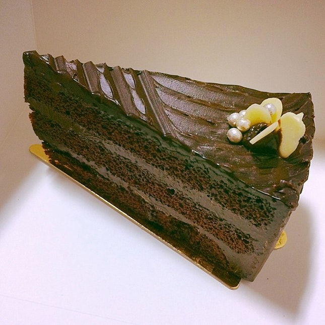 A slice of goodness 🍰 to kick start the week🏃Rich chocolatey cake from #esette .