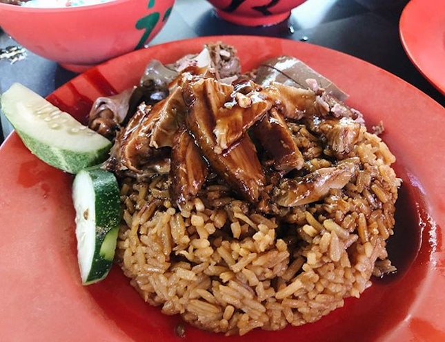 📍Hollywood duck rice @ Sims ⠀⠀⠀⠀⠀⠀⠀⠀⠀ 🚇Aljunied MRT ⠀⠀⠀⠀⠀⠀⠀⠀⠀ 💰$10 for 2 plates of duck rice, one with added liver, 1 bowl of duck porridge ⠀⠀⠀⠀⠀⠀⠀⠀⠀ ✏️ braving the sweltering heat and long queue for this famous duck rice stall.....