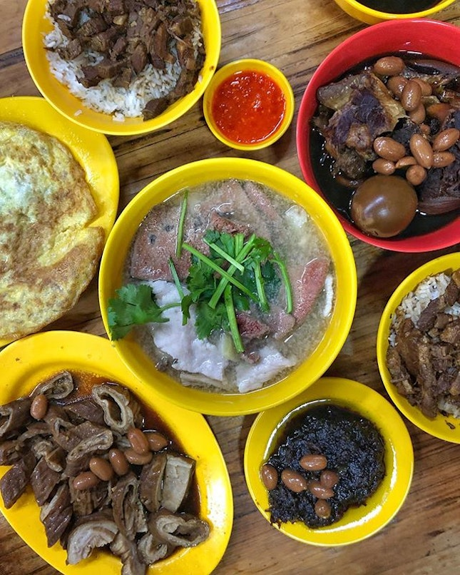 [Jalan Besar] The Pig Organ Soup ($6) has a light broth with a clean pork flavour and a delicate sweetness, complemented by an underlying saltiness from the salted vegetables and the fragrance of Chinese parsley (yes it's refillable).