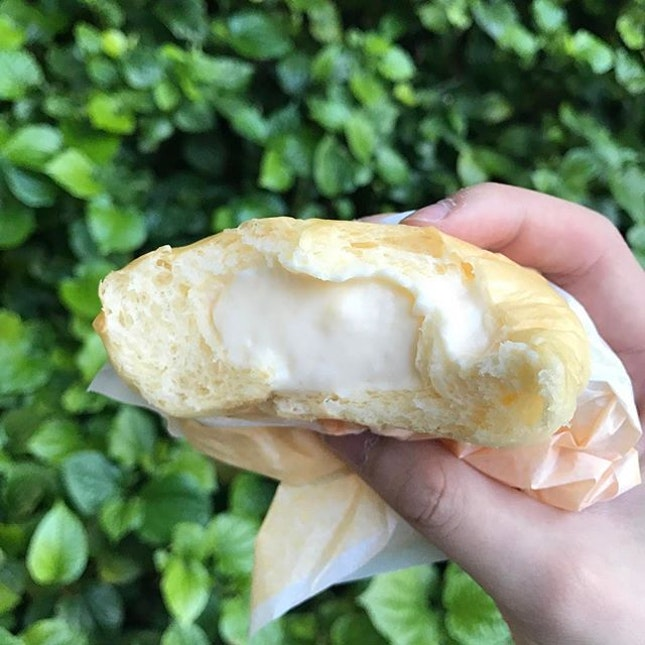 🍞 :  Original whipped cream cream bun ($2.50) Bun tastes pretty ordinary but the fluffy, light & airy cream sets it apart from any kinds of cream bun bread shops try to make.