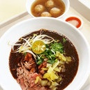 🍲: #bowledover by this #amazing #beef #noodles  The rich gravy evenly coats the rice noodles and fresh slices of meat.