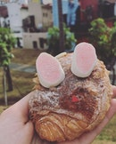 How adorable is this Easter Bunny pastry from @keongsaikbakery?!
