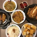 Singapore food hunt 📌 [Chinatown, Singapore 🇸🇬]👇🏻#oneadayinSG ——————————————— ✔️ Big Bone Soup, S$9.50 ✔️ Spare Rib Soup, S$7 ✔️ Braised Bean Curd Skin, S$2.80 ✔️ Salted Vegetables, S$2.20 ✔️ Dough Fritters, S$1.60 .