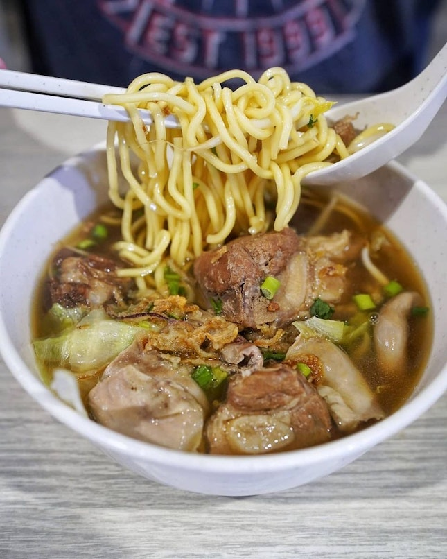 Wanted to try Laksa or Lor Mee at Ye Lai Xiang La, but finished 😔, so I ordered the pork ribs intestine soup with very low expectations, coz the stall was known for laksa and lor mee.