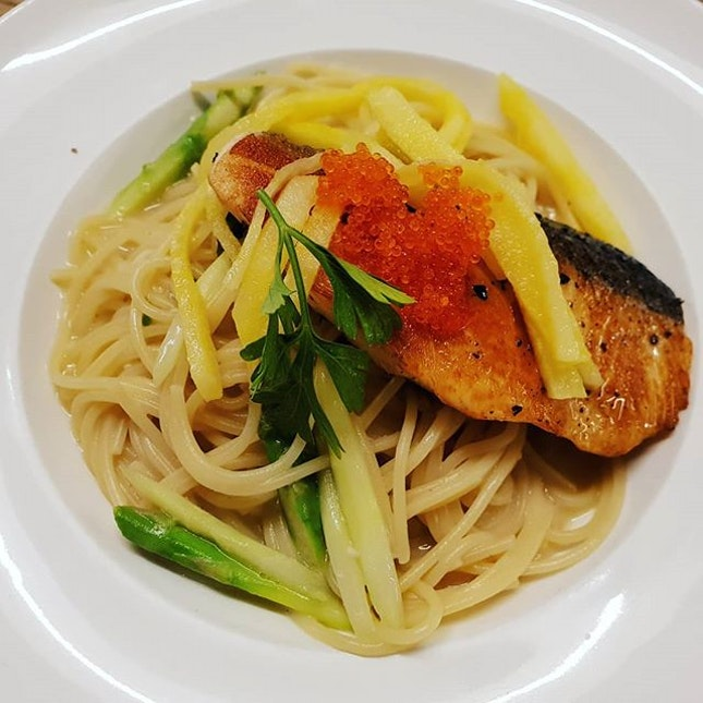 Grilled Salmon Pasta😊 ($19+) + Rotisserie Chicken😊 ($19+): The grilled salmon pasta tasted v healthy!