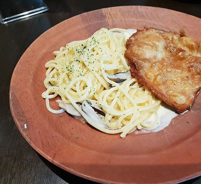 Creamy mushroom spaghetti with chicken chop ($10.90++) 🙁: The western food stall at koufu in #anchorpoint is much better and cheaper