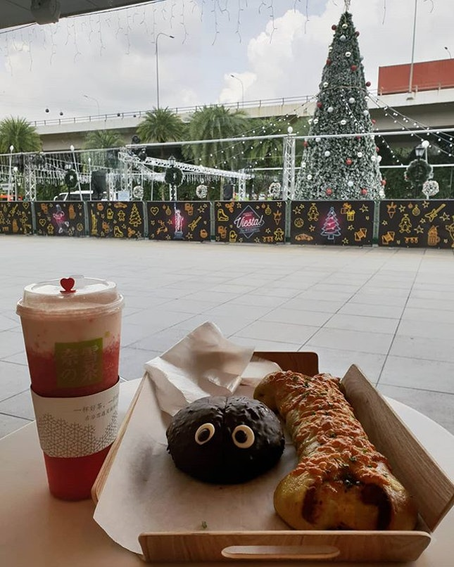 Supreme Cheese Strawberry 😊 ($8.30) + cute choc bun with sesame filling 🙁 ($3+?) + Dog Bone Pork Floss with Spinach Bread 😐 ($5+?) Their bread are of good quality 😍 but I think I just chose the wrong ones.