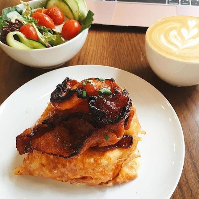 吃饱饱上学去。🤓 Candied bacon w pancakes wrapped in cheese and an egg in between.