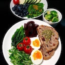 [22/10 Homecooked Brunch] 🍞 Carbs ▪️Cranberry walnut sourdough === 🥦Vegetables and Fruits ▪️Sauteed Brussel ▪️Ice vege ▪️Dou mian ▪️Beets ▪️Vine tomatoes ▪️Baby spinach, passion fruit, blueberry salad ▪️Zucchini === 🥚Protein: ▪️Egg ==== My last 2 slices of sourdough from @urbanloaf.factory 😭😭 hehe its time to restock tomorrow🤤🤤 really love the generosity with the fillingssss so much walnut and cranberries hehehe #burpple