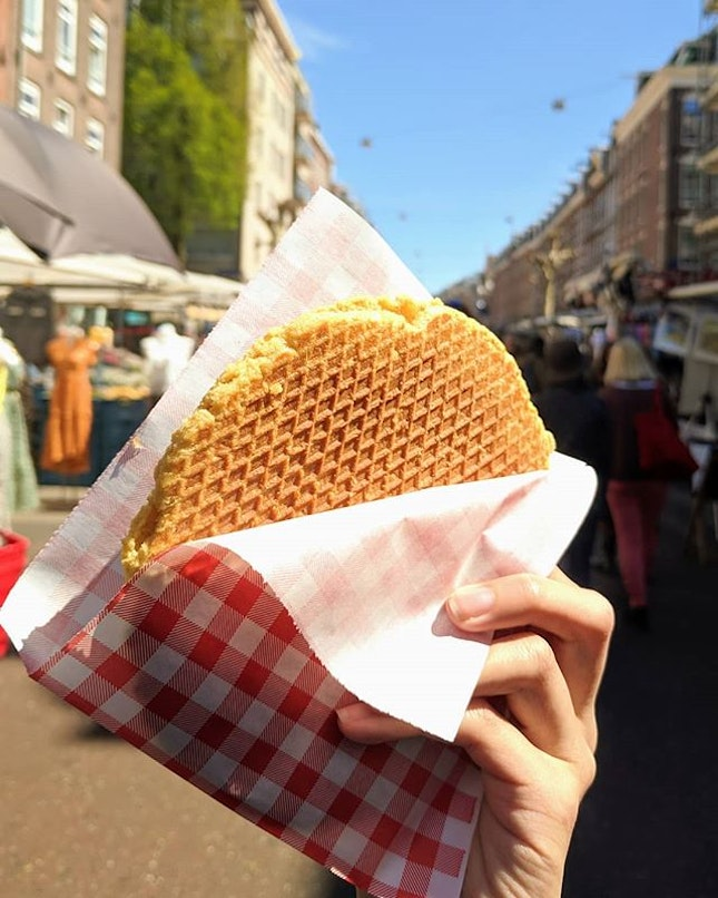 Freshly made warm stroopwafel right in Amsterdam's best food market ☺️ sadly, one of the vendors said that the stroopwafels from this store are for tourists, and the other stroopwafel store is the more authentic one 😒 ~~~~~~~~~~~~~~ #sgfood #sgfoodporn #sgeats #sgfoodblogger #foodiegram #eatoutsg #burpple #singaporefood #travelfoodlove #sginstagram #tripadvisor #burpple #igsg #instasg #travelfooddiary #thisissingapore #vscofood #asianblogger #foodietribe #foodblogger #darlingplaces #lovetotravel #travelfoodie #roundtheworld #takemethere #openmyworld #stayandwonder #stroopwafel #iamsterdam #visitamsterdam