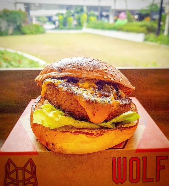 Searched high and low for a restaurant (conveniently accessible for me) which is serving Beyond Meat (world's first plant-based beef without gluten, soy, or GMOs) burgers.