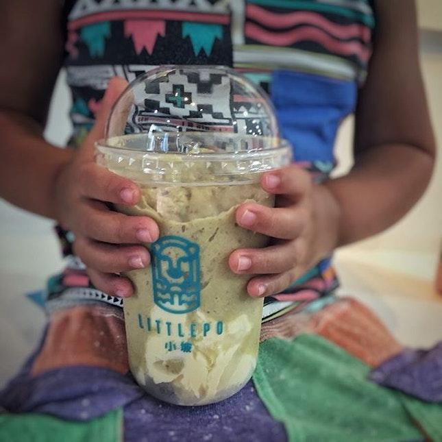 """""""週末のBurpple活動①""""  まだ映画上映まで時間があったのでHaji Laneへ。  Burppleアプリで気になってたドリンク屋さんをちょうど見つけたので映画のお供に決定。  クーポンには〜$6.2って書いてあるけど、全ドリンクが対象でした💕  息子 Lucky Strawberry $7.9 ママ Mexican Abocado Chocoffee $7.9  1 for 1 クーポン利用で2つで$7.9に😆  息子のはストロベリーヨーグルトシェイクの上に濃厚チーズクリームが乗ってて超美味!  わたしのは一口飲んだ感想は「まずっ!」だったけど(笑)、よく混ぜて飲み進めてくうちに苦めのコーヒーとアボカドの組み合わせがクセになってく味!  両方ともサラッとしたジュースと言うよりは濃厚シェイクでした!  店内には全ドリンクの写真が飾られてるんだぇど(注文後に気付いた💦)、中でもJapanese Matcha Strawberryが美味しそうだったから次回はこれ飲んでみよう😋  Burppleは有名なcreamierやSunday FolksのワッフルアイスやThree Bunsのハンバーガーなども対象店舗が激アツの1 for 1 アプリです。 アプリのダウンロード自体は無料なので、まずはアプリをダウンロードして、1 for 1 の対象店舗を見てみてください。 通常69ドルする年会費が20%OFFになるスペシャルコードはコチラ↓  MIDO187  とにかく対象店舗が激アツで、年会費はあっという間に回収できちゃいますよ! Burppleの使い方など詳しくはブログにて! プロフィール @dorimingo813 のURLから飛べるので、よかったら覗きにきてくださいね。  #Littlepo  #chessy #mexicanavocado #hajilane #hajilanesingapore  #Burppleの回し者ではありませんw #とにかく本当におすすめのアプリです #burpplebeyond #1for1 #burpple #burpplesg  #シンガポールグルメ#シンガポールドリンク#シンガポール生活#海外生活#シンガポールライフ#singaporelife#igsg#singaporefood#sgfood#sgeats#sgfoodie#hungrygowhere#nomnomnom#eeeeats#foodpics#みど散歩  @littlepo_sg"""