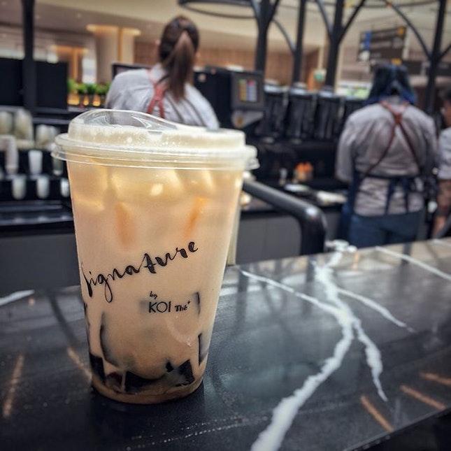 """""""COFFEE JELLEY GREEN MILK TEA""""  はい、正解。  Jewelに来たらThe AlleyもあるけどわたしはKOIのSignature派。  スタンダードなKOIにはないメニューだらけ。  値段はどれもちょっと高いんだけど、その価値あり。  今回はCOFFEE JELLEY GREEN MILK TEA $5.4 にしてみました。  シンガポールでグリーンティーと言ったらジャスミン茶のことだと言うのをすっかり忘れてた緑色のドリンクを想像してたから、出てきた時はやっちまった!って思ったけどなんのその。コーヒーゼリーが合う合う。  KOIはウーロンミルクティーに仙草ゼリーも美味しいけどジャスミンミルクティーにコーヒーゼリーも最高でした。  #koisignature @signature_by_koi #koithé @koithesingapore #greenmilktea  #シンガポール生活 #シンガポールライフ #シンガポール #シンガポール在住 #シンガポール旅行 #lovesg #singapura #singaporelife #シンガポールで子育て #🇸🇬 #駐妻#singaporeinsta #igsg#burpple"""