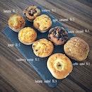 """""""Tasting local muffins""""・📌SLⅡ & Chocolate N' Spice・ダンジョンパガープラザにあるChocolate N' Spiceとその隣のホーカーに入っているSLⅡのマフィンを食べ比べ。Chocolate N' Spiceのバナナウォールナッツマフィン $1.3とSLⅡのバナナマフィン$1.5で。大きさはChocolate N' Spiceの方が一回り大き目。値段はバナナマフィンだけで比べるとChocolate N' Spiceの方がちょっと安い。全体で見るとChocolate N' Spiceは味によって$1.3〜$1.6、SLⅡは全種$1.5で6個買うと1個無料で$8.1とお得。生地はChocolate N' Spiceの方がしっとりしていて好み。バナナに関してはChocolate N' Spiceの方が実も大きくて美味しかったです。SLⅡはまだ6個全部は食べてないけど、新作のクランベリーオレンジが美味しかったです。マフィン自体はChocolate N' Spice の方が個人的には好みだけど、SLⅡにしかない魅力的な味があったり、大差はないだけに両者の中でお気に入りのフレーバーを見つけて買うのが良さそう。Chocolate N' Spiceはケーキやブラウニーも美味しいし、SLⅡのタルトも気になります。#muffin #sl2muffin #chocolatenspicemuffin #マフィン#ホーカーズ #シンガポール生活 #シンガポールライフ #シンガポール #シンガポール在住 #シンガポール旅行 #lovesg #singapura #singaporelife #singaporeinsta #igsg #singaporeinsiders #🇸🇬 #hawkerfood #hawker #singaporelife #sgfood #sgeats #sgfoodies #foodpics #burpple #みど散歩"""