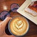 """""""50 years old legendary coffee roaster in Singapore"""" ・ 📌Tiong Hoe Specialty Coffee ・ わたしが大好きなLeeさんのケーキ屋さんで使われている豆が、シンガポールの老舗コーヒーロースターのものだと知って行ってきました(笑)  日本でも人気が高まっているサードウェーブコーヒーが飲めるカフェでもあります。  Hot Cafe Latte $4.5 Attap Chee Rose Cheesecake $7.5  焼き物のカップに淹れてくれるラテは、香りが良くて、深くコクがあって美味しい。  ケーキは良く見たらKeong Saik Bakeryのもので、もちろん美味しい。  こじんまりとした店内は、入った瞬間にコーヒー豆のいい香りがして、落ち着いた雰囲気で居心地のいい空間。  HDB内という立地でも、朝からコーヒー好きが集まるのも納得。  詳細はブログにて! プロフィール @dorimingo813 のURLから飛べるので、よかったら覗きにきてくださいね。  #tionghoecoffeespecialty @tionghoespecialtycoffee  #シンガポールグルメ#シンガポールカフェ#シンガポール生活 #シンガポール #シンガポール在住 #シンガポール旅行 #lovesg #singapura #singaporelife #シンガポール子育て #🇸🇬 #singaporeinsta #singaporeinsiders #igsg #singaporecafe #sgcafe#sweettooth #sgcafehopping #eatoutsg #foodpics #burpple #みど散歩"""