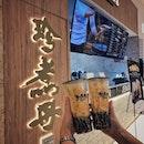 """""""Brown Sugar Boba Milk is made by consciously selected ingredients."""" ・ 📌珍煮丹 Jen Ju Dan ・ 天然素材にこだわった一杯が売りの珍煮丹の2号店がついにOrchard Gateway にオープン。 1 for 1のプロモーションが昨日までやっていたので、city hall店に行ってきました。(新店舗じゃないんかい(笑)) ・ 他ではコーンシロップなどの人工甘味料が使われてたり、ミルクにはクリーマを使ってるところも結構ある中で、ここはタピオカに使う黒糖も天然もの、牛乳も生乳を使っています。 Tiger Sugar で使われてる黒糖も天然ものと宣伝してたのに実はカラメル色素入りの濃縮シロップだったな。なんていうスキャンダルもあったそうですね。  そしてそして、珍煮丹はなんと黒糖シリーズもシュガーレベルが選べるんです! というわけでシュガーレベルはお店オススメの50%で。 50%でも結構甘くて、甘党のわたしでこれでちょうどいいくらいです。  お店自慢の黒糖タピオカは大きなお玉でどっさり。お玉ですくう時の黒糖の粘り気よ!大きさもbobaというだけあって大き目だけど、ストローに詰まらない程度の程よい大きさ。 ほんで一口噛んだら弾力が凄くて、噛めば噛むほど黒糖の甘みが滲み出てくる出てくる。  この調子でもっともっと店舗が増えて欲しいな。  #珍煮丹 #jenjudan #jenjudansg #珍煮丹黑糖珍珠鮮奶 #brownsugarbobamilk  #シンガポール生活 #シンガポールライフ #singaporelife #シンガポール在住 #シンガポール旅行 #lovesg #singapura singaporeinsta #igsg #singaporeinsiders #バブルティー #タピオカミルクティー #黒糖タピオカ #pearlmilktea #bubbletea #burpple  シンガポールのおすすめドリンクについて、ブログ更新しています。 プロフィール @dorimingo813 のURLから飛べるので、よかったら覗きにきてくださいね。"""