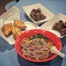 """""""Michelin Bib Gourmand Singapore 2019"""" ・ 📌Amoy Street Food Centre ・ ビブグルマンになんと4店舗が選ばれているAmoy Street Food Centreで一気に4店舗制覇。 ・ (1)A Noodle Story Special(dry) $15 ・ (26)Hong Kee Beef Noodle (soup) $6 ・ (28)Hoo Kee Bak Chang Salted Egg Yolk w Chestnut $4 Deluxe All-In $5 ・ (30)J2 Famous Crispy Curry Puff Crispy Black Pepper Chicken Puffs $1.6 Crispy Sardines Puffs $1.4 Crispy Curry Potato Chicken Puffs $1.4 ・ 4人でシェアしてミシュラングルメが1人たったの$8.6。 ホーカー万歳🙌  #anoodlestory は2度目でしたが、相変わらずホーカー離れした逸品。 1日限定200食という一杯一杯丁寧に盛り付けられたヌードルは視覚的にも美しい。 ノーマルでも$8と聞くとホーカーにしては高いと感じるかもしれませんが、使われている具材が豪華。 スプーンに乗ってるのはエビをサクサクポテトで巻いたもの。スペイン産のイベリコ豚を36時間も煮込んだチャーシューは柔らかく、香港風ワンタン、煮卵は味がよく染みていて半熟加減も絶妙。 特注しているという極細ちぢれ麺が噛み応えがあって、ソースもよく絡んでこれまた美味しい。 $15のスペシャルにすると、その豪華な具材が増量され、プラス煮込みが付いてきます。このサイドの煮込みも主役になり得るクウォリティー。 個人的にはこれはもはやホーカー飯のジャンルには入らないと思ってしまう程の芸術品で、ビブグルマン云々抜きにおススメの一杯です。  #hongkeebeefnoodle の海南スタイルのビーフヌードルは牛肉が柔らかくてスープが優しい。今回はスープで頼みましたが、ドライだとスープの代わりにグレービーな餡が掛かっているようで、次回はドライで食べてみたいです。  #hookeebakchang のちまきは全4種類の中からおじさんおすすめのソルティドエッグとオールインを。 餅米は普通のチマキよりも粘り気があって、八角が効いています。 ソルティドエッグの塩っ気を栗の甘さが包み込むような感じで優しい味。 個人的にはオールインはごちゃごちゃした印象でソルティドエッグの方がシンプルで好きでした。  #j2famouscrispycurrypuff のパフは味の違いがハッキリとわかる個性ある3種。ブラックペッパーはコショウのパンチがすごくてピリ辛。サーディンはイワシの風味が強く塩っ辛い。ポテトカレーはまろやかカレー味。どれも辛いけど、辛さの種類が違って食べ比べが楽しかったです。パフもサクサクでかなり好きでした。ヌードルストーリーを除く今回初めて食べた3店舗のうちで一番驚いた(期待を上回った)のがこのパフでした。  3人以上いれば1日で4店舗制覇できると思います。 おススメの周り方ですが、パフは8時から、チマキとビーフヌードルが11時から、ヌードルストーリーが11:30からなので、11時10分前くらいにヌードルストーリー近くの席を確保して、カレーパフとチマキとビーフヌードルを買って食べ、ヌードルストーリーはお店の前に誰かが並び始めたら並び始めます(笑)オープン10〜15分前くらいからポツポツ並び始めますが、11:30の開店時にはもの凄い行列ができてしまい、一杯一杯に結構な時間がかかるので想像以上に列の進みが遅いのでオープン前にスタンバることをお勧めします。 ・ 【Michelin Bib Gourmand Singapore 2019 食べたお店リスト (リストに載ってる番号)】 1、4、15、25、26、28、30、32、50  計9店(残り49店)  ミシュラン巡りはまだまだ続く。。。(笑)  #amoystreetfoodcentre  #bibgourmand2019 #michelinguidesg  #ホーカーズ#シンガポールグルメ #シンガポール生活 #シンガポールライフ #シンガポール #シンガポール在住 #シンガポール旅行 #ビブグルマン #シンガポール観光  #singaporelife #travelsingapore #singaporetrip #sginstagram #igsg #visitsingapore #hawkerfood #hawker #sgfood #sgeats #sgfoodies"""