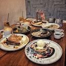 """""""My favorite aussie cafe"""" ・ 📌Bearded Bella ・ Craig Roadにあるオージー(メルボルン)カフェ。 この通りをずっと行くとKeong Saik Stに続いているのでよく使います。 この日は初めましての方含めて6人で大集合。  わたしが頼んだChocolate Stuffed $23はチョコパンケーキにクランチオレオにストロベリーにクリームチーズとバニラアイスクリーム。 一見甘々に思えるけど、クリームチーズがいいお仕事してまして、わたしの大好きな甘塩っぱいを見事に創り上げてて、クランチオレオのサクサク感と冷たいアイスと甘酸っぱいベリーがまたいいアクセントに。  最後までどっちにするか悩んだPancake.Bacon.Flight.Magic $23は3種の味の違うベーコンが物干し竿に吊るされててインパクト大(笑)  朝一はコーヒーをテイクアウトする人で賑わっていました。  外に置いてある可愛い自転車が目印です。  #beardedbella @bearded.bella  #sgcafe #cafesingapore #sgcafehopping #sgcoffee #singaporecoffee #cafestagram #singaporetrip #pancakelover #pancakeporn #aussiecafe #melbournecafe #travelsingapore #singaporeinsiders #singaporediaries #singapolife #briochefrenchtoast  #シンガポール #シンガポールカフェ #シンガポールおすすめ #シンガポール暮らし #シンガポール生活 #シンガポール情報 #シンガポール旅行 #シンガポール観光 #シンガポール在住  #シンガポールカフェ巡り #シンガポール女子旅 #burpple #みど朝活隊"""