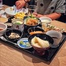 """""""One of Japanese three major Udon"""" ・ 📌INANIWA YOSUKE 稲庭養助 ・ 日本三大うどんの一つとして知られる秋田県の手延べ製法による干しうどん。 今でも昔ながらの手作業にこだわり、製造には3.4日かかるんだそうです。  そんな手間暇かけて作られたうどんが空輸でシンガポールへ。  ツヤッツヤの平たく細めのうどんは、細いのにコシが強くて、喉越しがめちゃくちゃいい!  Weekday Special Lunch Set $15.8 KIDS SET $7.5 IKURA CHAWANMUSHI $6.8 Kaki Fry (5 pcs) $16.8 Kurogoma Ice Cream $3.4  写真1.2枚目がスペシャルランチセットで、温冷選べる稲庭うどんの他に、サーモン刺身、ゴマだれ冷奴、茶碗蒸し、とりの唐揚げ、たこ焼き、豚の生姜焼き、野菜と椎茸の天ぷらが付いてきての$15.8?! ・ しかもおうどん以外もどれも美味しい。 特に冷奴美味しかったな。 ゴマだれが美味しすぎ。  写真4枚目がキッズセットで、温冷選べる稲庭うどんと天ぷらとだし巻き玉子とジュースが選べます。  外食はほぼうどんと言う、うどんLOVEの娘もペロリ。 キッズセットとは思えない本格セットがたったの$7.5というのにも驚き。  アラカルトにも子供が好きそうなメニューがあるので子連れにもおすすめ。 ベビーチェア、キッズカトラリーもあります。  いくらの茶碗蒸しは女子力高めの息子のオーダー。 茶碗蒸しの表面をいくらが埋め尽くしてる宝石箱のような茶碗蒸し。 こんなにいくらが乗ってる贅沢な茶碗蒸しがこのお値段。  カキフライは衣サクサクでふっくらジューシー。 まさにお手本のようなカキフライ。  黒ごまアイスもこれまた女子力高めの息子のオーダー。 正直あまり期待してなかったのですが、ねっとり濃厚ですんごく美味しい! 息子もにっこにこ(笑)  実は稲庭うどんを食べたのは今回が初めて。 初めての稲庭うどんがシンガポールで、しかもこんなにお安く食べられるなんて。  コストパフォーマンス良過ぎです。  特に平日(11〜17時)限定20食のスペシャルランチセットは超おすすめです!! また、今月から毎月17(イナ)日は稲庭の日! ということで、毎月17日は特定のメニューが半額になるプロモーションが始まるそうです!  ボックス席の他にカウンター席もあるので、1人でも入りやすい雰囲気でした。 アルコールも安くて、お得なおつまみセットもありましたよ。  シンガポールで本格的な稲庭うどんを食べるなら、ジャパンフードタウン内の稲庭養助へ!! ・ ・ @inaniwa_yosuke_sg #inaniwayosuke @japanfoodtown #japanfoodtown @wismaatria #wismaatria  #inaniwaudon #稲庭うどん #稲庭養助  #シンガポールグルメ#シンガポール生活 #シンガポール #シンガポール在住 #シンガポールおすすめ #シンガポール暮らし#シンガポール情報 #シンガポール旅行 #シンガポール子連れ #シンガポール子連れランチ #シンガポール子育て #singaporeinsiders #travelsingapore #singaporetrip #singaporelife #sginstagram #igsg #singaporediaries #sgfood #sgeats #sgfoodies #sgfoodstagram  #burpple #みど散歩"""