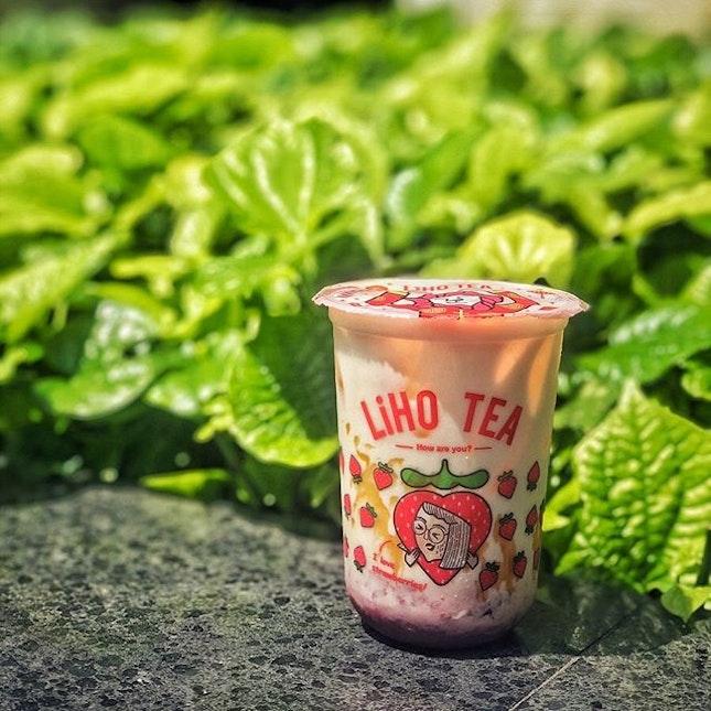 📌LiHO・Salted Caramel Strawberry Latte $6.9・LiHOの韓国苺シリーズの季節が今年もやってきました。全3種類の中からソルティドキャラメルストロベリーラテをシュガーレベル50%で。イチゴは飲みやすいように小さくカットしてあるのが結構入ってて、最後の最後まで楽しめます。味はストロベリー→ソルティドキャラメルの順に強くて、甘さと酸味のバランスがちょうど良くて美味し。ただイチゴ使ってるから仕方ないにせよ、なかなかのお値段。この手のドリンクは大体これを飲む前に食べたホーカー飯の方が安くて、感覚どうかなっちゃいそうになるのですが、$6.9にもなると下手したらホーカー飯2杯いけちゃうお値段で、もう訳わからない(笑)#lihosg #liho @lihosg #lihotea #koreanstrawberry #koreanstrawberrylatte #saltedcaramelstrawberry #strawberrylatte #saltedcaramellatte #シンガポールグルメ #シンガポール生活 #シンガポール #シンガポール在住 #シンガポール旅行 #シンガポールライフ #シンガポール観光 #singapura #singaporelife #singaporeinsta #igsg #singaporedrink #singaporeinsiders #burpple #みど散歩