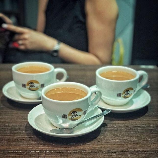 📌Honolulu Cafe ・ French Toast with Peanut Butter $4.8 Hot Honolulu Milk Tea $3.2 ・ 濃厚に煮出した渋目の紅茶にエバミルクを入れる香港式ミルクティー。 エバミルクは無糖練乳、ベトナム式コーヒーなどに入れるコンデンスミルクは加糖練乳です。 甘味は砂糖をお好みで加えるスタイル。  イギリスの植民地時代、イギリスから紅茶の文化が入ってきた香港ですが、当時は牛乳が手に入らず代わりにエバミルクを入れるようになったと言われています。  ちなみに香港式エッグタルトにもエバミルクが使われるのが特徴です。 ポルトガル式エッグタルトは生クリームが使われています。  話がだいぶ逸れましたが何が言いたいかと言うと、甘くなくて、茶葉の味が濃くて、コクのある、独特な香港式ミルクティーと香港式フレンチトーストが合う!! 香港式フレンチトーストは「西多士(サイトーシー)」と呼ばれ、本場フランスのとは違って揚げられていて見た目は油揚げみたいです。  Honolulu Cafeのは上にバターが乗っているだけでしたが、バターの他にコンデンスミルクとシロップを掛けて食べることも多く、アメリカのTimesで最も不健康な食べ物に挙げられるくらいのカロリーモンスターですが、不健康なやつ程美味しいんですよね。 ここまできたらカロリーなんて気にする必要もないからもはやゼロカロリー。 #無理矢理ゼロカロリー論  お得なモーニングセットがあって、朝から賑わっていました。 気になっていたエッグタルトは11時からとのことで今回は断念。  今回オーダーしたのはパン2枚パンの間にピーナッツバターが塗ってあるフレンチトーストでしたが、カヤやあんこを挟んだバージョンもあって気になります。  #honolulucafe #honolulucafesg @honolulucafesg #檀島咖啡餅店 @westgatesg #jurongeast #hongkongmilktea #hongkongfrenchtoast #hongkongcafe #香港ミルクティー #香港式ミルクティー #香港式フレンチトースト  #ピーナッツバターフレンチトースト #茶餐廳 #香港カフェ #sgcafe #singaporetrip #travelsingapore #singaporeinsiders #singaporediaries #singapolife #シンガポール #シンガポールカフェ #シンガポールおすすめ #シンガポール暮らし #シンガポール生活 #シンガポール情報 #シンガポール旅行  #シンガポール在住 #burpple #みど朝活隊