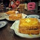 📌Honolulu Cafe ・ (French Toast) with Homemade Red Bean Paste $5++ with Peanut Butter $4.8++ with Kata $4.8++ (Honolulu Milk Tea) Iced $3.5++ Hot $3.2++ 大人7人+子供2人でわちゃわちゃジュロンイーストツアー開催。 朝はWestgateの香港カフェ、ホノルルコーヒーへ。  香港式フレンチトーストは「西多士(サイトーシー)」と呼ばれ、本場フランスのとは違って揚げられていて見た目は油揚げみたいです。 前回ピーナッツのフレンチトーストを食べて気になっていたあんことカヤも食べ比べ。 やはり。 あんバター最強説に間違いなし。 個人的にはあんこの圧勝。  濃厚に煮出した渋目の紅茶にエバミルクを入れる香港式ミルクティー。 イギリスの植民地時代にイギリスから紅茶の文化が入ってきた香港ですが、当時は牛乳が手に入らず代わりにエバミルクを入れるようになったと言われています。 そんな香港ミルクティーは前回ホットで頼んだので今日はアイスで。 ん?! ホットは無糖なのに対してアイスは甘々。 甘党のわたしはこれはこれで好きですが、フレンチトーストと一緒にオーダーするならホットがおすすめ。 甘くなくて、茶葉の味が濃くて、コクのある、独特な香港式ミルクティーと香港式フレンチトーストがよく合います。  ランチへつづく。。。 #honolulucafe #honolulucafesg @honolulucafesg #檀島咖啡餅店 @westgatesg #jurongeast #hongkongmilktea #hongkongfrenchtoast #西多士 #hongkongcafe #香港ミルクティー #香港式ミルクティー #香港式フレンチトースト  #茶餐廳 #香港カフェ #sgcafe #singaporetrip #travelsingapore #singaporeinsiders #singaporediaries #singapolife #シンガポール #シンガポールカフェ #シンガポールおすすめ #シンガポール暮らし #シンガポール生活 #シンガポール情報 #シンガポール旅行  #シンガポール在住 #burpple #みど朝活隊 #ツアーもはじめました