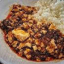📌四川飯店 & Chatterbox ・ Mandarin Chicken Rice $13.50 Chen's Mapo Doufu $13.00 Stir-fried Prawn with Chilli Sauce $22.00  あのミシュラン2つ星の四川飯店とChatterboxが今なら半額でデリバリーできます!! (上記価格は半額後)  もちろんislandwideデリバリー。  お子様のいる家庭でも大丈夫。 Chatterboxも一緒にオーダーできるので、子供が大好きなチキンライスも頼んじゃいましょう!  わたしは四川飯店もChatterboxもお初。  チキンライスは$4以上の食べたことありませんでした(笑)  そりゃぁ美味しいに決まってる。 チキンも3段も入っていてびっくり。 チキンが美味しいのはもちろんだけど、ご飯の美味しさにびっくり。  四川飯店の麻婆豆腐は、こないだ四川飯店のシェフが手掛けるミシュランビブグルマン受賞のChen's Mapo Tofuを食べたばかりだけど、比べてみると全然違う。  Chen's Mapo Tofuの方が味が荒いというか、四川飯店の方が素材の味がしっかりして上品というか、さすがはミシュラン!という差を感じることができました。  そして、何よりエビチリよ。 すごいな、キミは。 大きくて旨味がギュッと詰まったエビはブリンブリン。 このソースがまた絶妙過ぎる。  6尾で$44はちょっと高級すぎるけど、今なら$22で食べれちゃう。  半額プロモーションの期間がどこにも記載がなくわからないのですが、期間中にまた頼みたい。  オーダー方法やデリバリーfeeなど、詳しくはまたブログに書きますね。  サーキットブレーカーが明けてフェーズ1になっても、イートインはまだ出来ないので、islandwideデリバリーとかプロモーションが続いてくれるといいなぁ。  #shisenhanten #shisenhantensg #四川飯店シンガポール #chatterbox #chatterboxsingapore #michelin2stars #michelinstar #2michelinstars #chenkentaro #chickenrice #mapotofu #麻婆豆腐 #エビチリ #干烧明虾 #prawnchilli  #四川飯店 #陳健太郎  #シンガポールグルメ #シンガポール生活 #シンガポールライフ #シンガポール #シンガポール在住 #singaporelife #sginstagram  #sgfood #sgeats #sgfoodies #burpple #おうち時間を楽しむ #stayhome