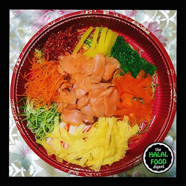 So we ordered the much talked about Mala Yusheng from @rollwithmakisan thru the @foodpandasg app.