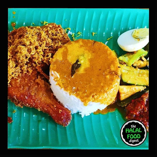 On a whim, we decided to head out into the woods (Woodlands that is 😝) to try out the Nasi Kukus (Steamed Rice) / Nasi Dagang (Traders Rice).