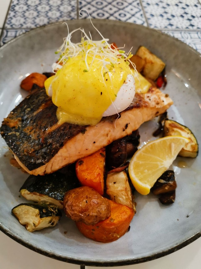 Baked Salmon With a Poached Egg And Hollandaise Sauce