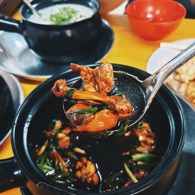 This is our definition of an ultimate comfort food on a relatively cold night 😚 We had the 2+1 spring onion claypot frog leg, paired with plain porridge served in a claypot too.