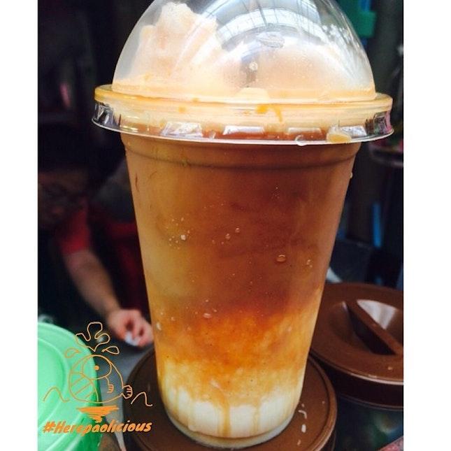 เห็นแอดมินเพจ @yamhiw ลงรูปละแอบหมั่นไส้เบาๆ ต้องขอสู้บ้าง 😂 ☕️ Caramel Coffee Affogato 📍 เจ๊หมวยกาแฟสด @ ท่าพระจันทร์ 💸 Price: 45 ฿ 👍 #herepaolicious Rates: 🐽🐽🐽🐽🐽 #⃣ Share ur Delicious Tag #liciouswithhere 🆔 Follow us on Twitter/Tumblr/Burpple: Herepaolicious คาราเมลปั่นกลิ่นหอมละมุลรสชาติหวานๆ ตัดรสด้วยช็อตเอสเพรสโซ่ราดด้านบนขมๆ รสชาติลงตัวมากๆ 😍 #แก้วนี้เจ๊มือหนักกาแฟเยอะไปหน่อยหุหุ 🔸🔸🔸🔸🔸🔸🔸🔸🔸🔸🔸🔸🔸🔸🔸