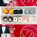 For my 过大礼, I decided to do away with the traditional 喜饼and喜糖。I got some yummy sweets treats from @sweetestmomentssg instead!😌👌🏻This is their <Perfect Classic Tux & Gown> gift box.