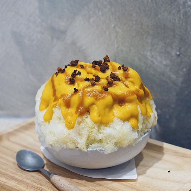 🎃 Pumpkin Kakigori 💛  I promise it isn't as adventurous as it sounds 😂 The star here is definitely the generous amount of smooth, pure pumpkin purée layered on top, as well as inside the kakigori.