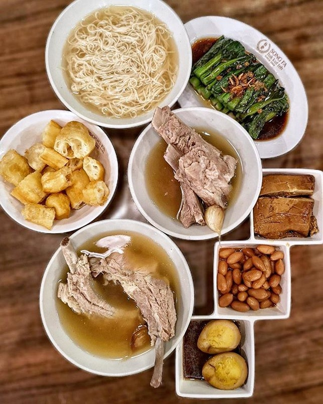 I love to pair my bak kut teh with mee sua and youtiao 😋 The premium loin ribs 特级龙骨 is more pricy at $11.80++ but I like its meatiness 😁 I also like their service as the soup was topped up promptly without request, they provided a cover for our bags and there are no charges for the wet tissue.