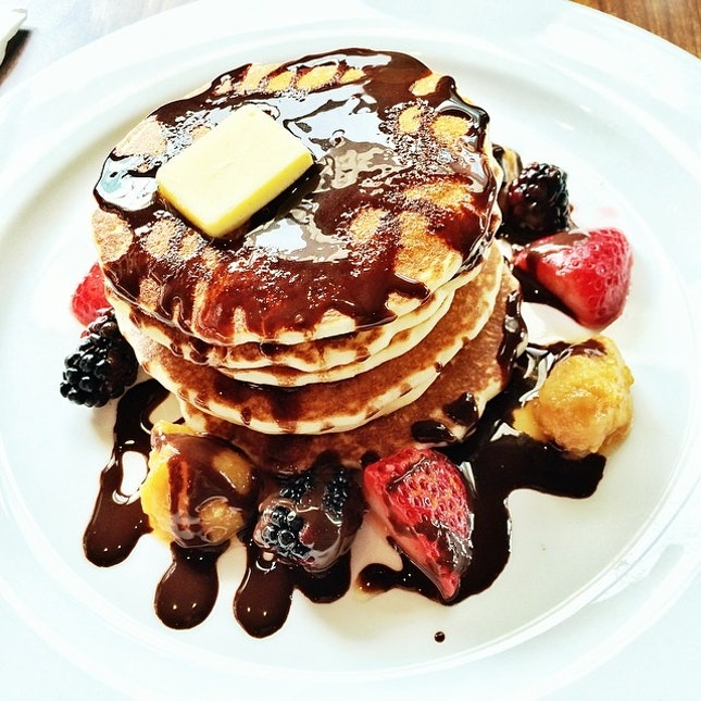 """Saturday's Brunch: """"Skyscraper"""" - 7 layers of fluffy pancakes with chocolate sauce and caramelized fruits #theredbeanbag #foodporn #instafood"""
