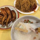 艇仔粥 Sampan Porridge with chicken wings & fried bee hoon _ Sampan Porridge consist of anything from the sea, where fishermen use slices of fish, squid, fish maw and seafood to cook with the porridge or congee.