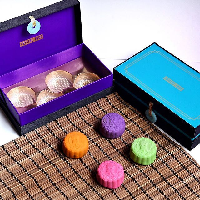 [NEW Item] [Crystal Jade] [Launched: Now - 27 Sep 2015] Indulge in a selection of traditional baked, snow skin and Moët & Chandon champagne mooncake (alcoholics alert!) flavours from Crystal Jade this mooncake festival!