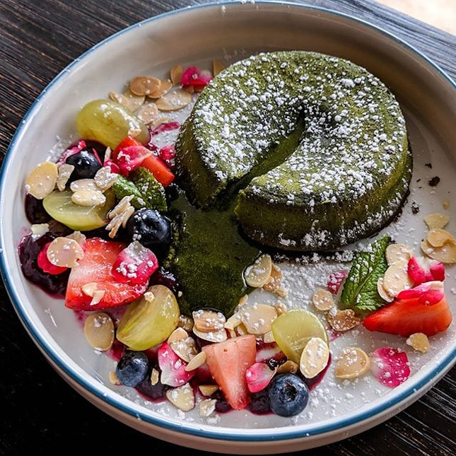 This Matcha lava cake from @thuscoffee smells amazing, haven't got a chance to try this beautiful piece of art, so thanks @juicyfingers for letting me steal a shot of this.