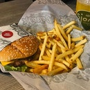 Enjoy Famous Star with cheese burger at carl's junior with free flow drinks 😋我最喜欢吃他们家的牛肉汉堡😆他们的薯条超好吃,还有水是无限量添加的😆.