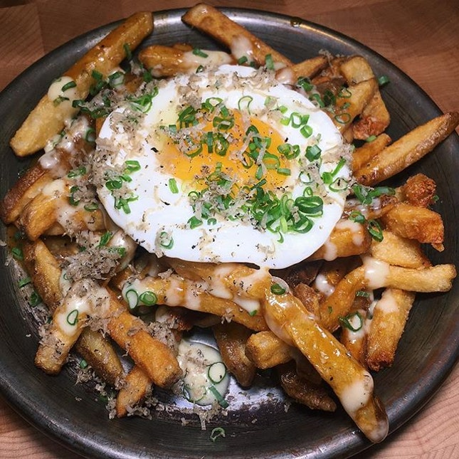 Blue Label State Fair Fries (hand-cut Idaho potatoes, black pepper gravy, fried egg, aioli, shaved truffle) from Blue Label Pizza & Wine, which is newly open along Ann Siang Road.