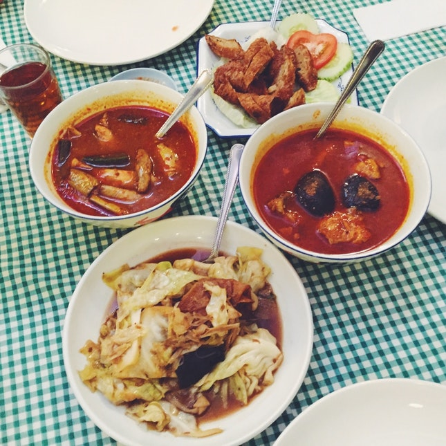 Ayam Buah Keluak, Ikan Tenggiri Assam Pedas, Beef Rendang, Nyonya chap choy, Ngo Hiong, ABC Dessert
