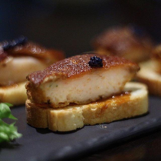 Favorite Crispy Suckling Pig with Prawn Paste at @kuvosingapore's tapas style a-la-carte buffet.