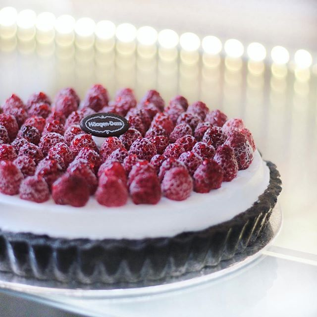 My fave among the newly launched yogurt line: Raspberry Yogurt Tart (1kg S$ 85; 1.5kg S$ 120).