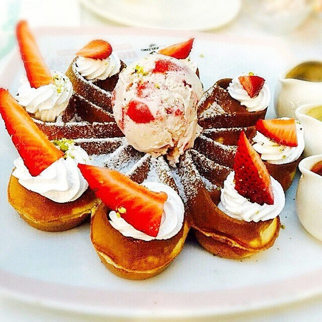 Waffle ice cream from Dazzling Cafe 😃 weekend is almost here guys, hang in there.