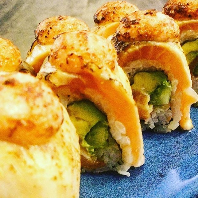 Salmon Aburi Sushi Roll  Back to my favourite Japanese restaurant for their ever delectable salmon aburi, the lightly torched salmon at the top of the sushi roll is gooey and appetizing.
