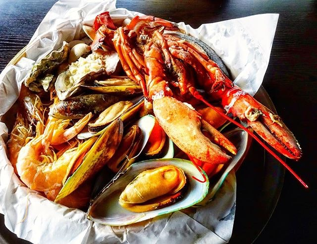 Indulge in a Seafoood Feast @gillsnshells  Seafood galore as you are greeted with a mouthwatering variety of a whole Boston lobster, snow crab legs, prawns, a salmon fillet, two oysters, mussels, white clams and scallops.