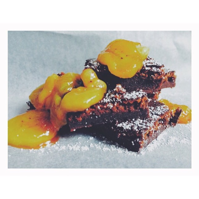 Nutella brownies with caramelized bananas  Only made the brownies with Nutella and eggs, damn simple!